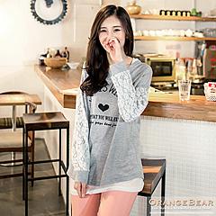 1024新品 甜美意象~英文燙印拼接緹花袖上衣.2色