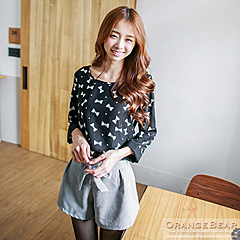 0919新品 甜心樣貌~滿版蝴蝶結印花七分袖長版上衣.2色