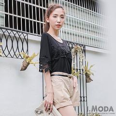 0917新品 素雅純淨~素色緹花裝飾微鏤空袖上衣.2色
