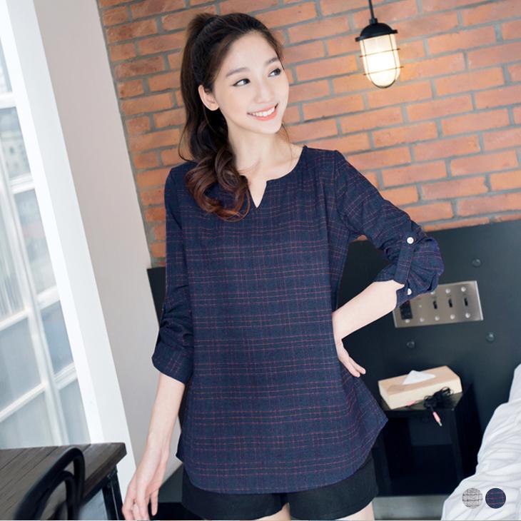 1001新品 復刻質感~造型小V領格紋反折袖上衣.2色