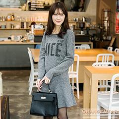 1113新品 姣好品味~混色面料英文燙印圓襬設計洋裝.2色