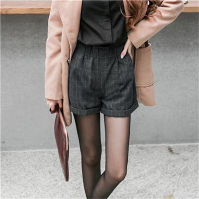 格紋混羊毛面料腰圍鬆緊反折短褲.2色