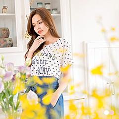 【夏日特賣】甜美注目~假兩件式點點英文燙印X布蕾絲長版上衣.2色