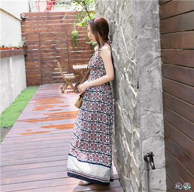 0411新品 繽紛小調~絢爛印花交叉領綁帶露背長洋裝.2色