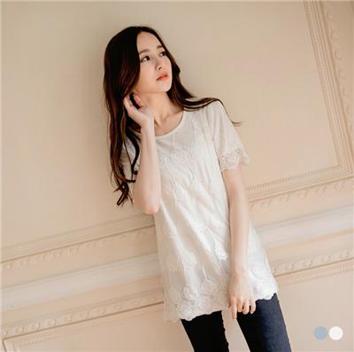 0617新品 甜美浪漫~花朵刺繡紗料層次感長版上衣.2色