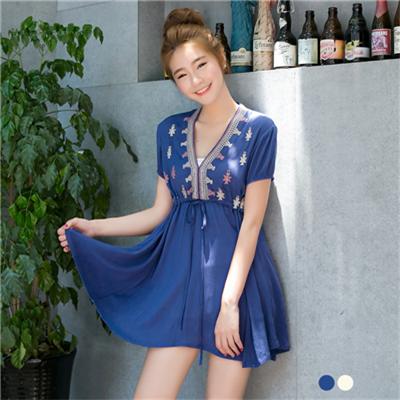 0307新品 細膩典雅~V領質感面料刺繡設計高腰抽繩長版上衣.2色
