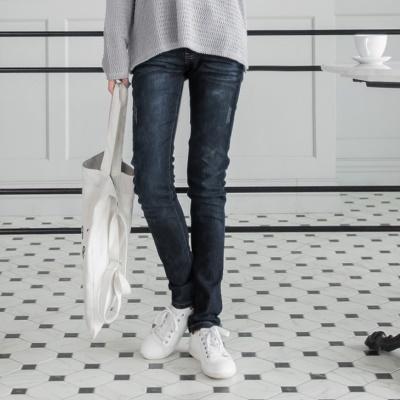 0422新品 獨特話題~石洗刷白郵戳繡口袋窄管牛仔褲
