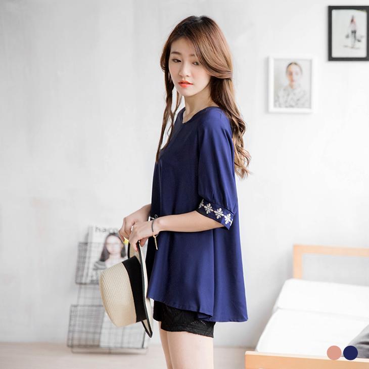 0302新品 氣質綻放~素色質感刺繡五分袖傘襬長版上衣.2色