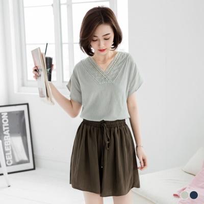 0406新品 領口鏤空花蕾絲設計綴純色連袖上衣.2色