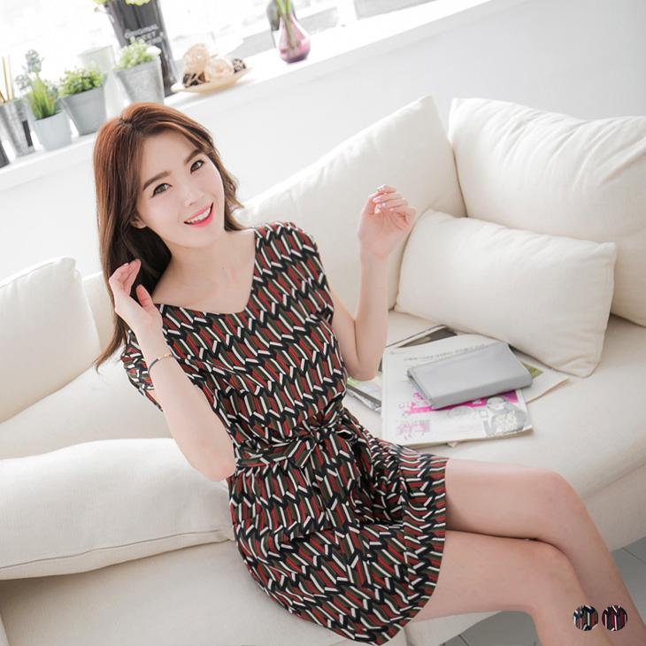 0505新品 附綁帶幾何造型腰鬆緊設計洋裝.2色