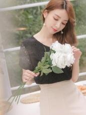 純色滿版蕾絲雕花V領層次短袖上衣