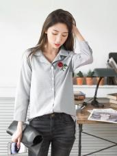 胸前玫瑰刺繡直條紋睡衣領前短後長襯衫.2色