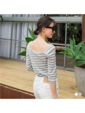 台灣製造.不規則領口橫條紋休閒合身五分袖上衣.2色