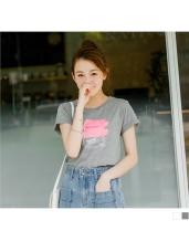 台灣製造.手繪球鞋英文字燙印袖反折上衣.2色