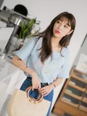 粉嫩繽紛單字刺繡側襬開衩純色高含棉T恤.2色