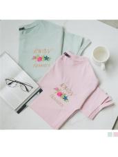 胸前綴花朵字母刺繡高含棉拼接破洞袖口設計上衣.2色