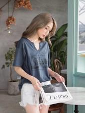 高含棉飛躍式英文字體印小V領寬鬆上衣T恤