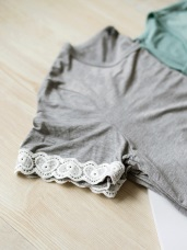 沉穩色素面雕花蕾絲短袖彈性上衣