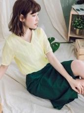 純色變化織紋綴緹花布排釦V領上衣