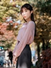 鏤空造型蕾絲拼接純色上衣