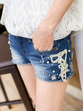 好感甜度~蕾絲珍珠綴飾微破損感刷色牛仔短褲