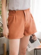 素色雙側造型腰帶打褶修身短褲.2色