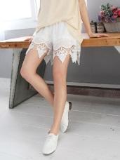 素色三角造型鏤空雕花蕾絲設計腰圍鬆緊高棉量短褲.2色