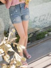 個性破損感綴花朵刺繡圖案排釦造型反摺牛仔短褲