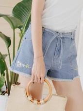 小花質感刺繡腰綁帶抽鬚造型牛仔短褲