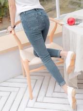 褲腳反摺設計牛仔纖腿八分窄管褲