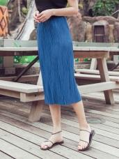 臧芮軒。純色光澤壓摺設計中長裙