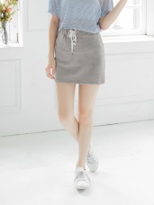金屬釦綁帶造型休閒腰鬆緊短包裙.2色