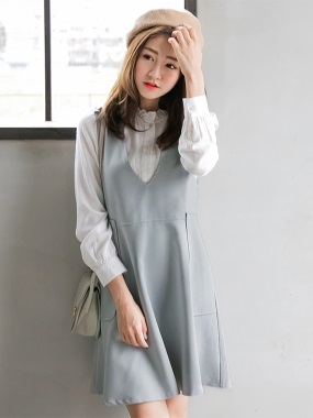 素色V領金釦造型雙口袋設計後拉鍊背心洋裝.2色