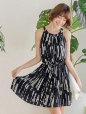 不規則跳色直條紋雙口袋無袖後釦式洋裝.2色
