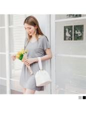 後腰挖空設計光澤感純色樹紋面料縮腰V領洋裝.2色