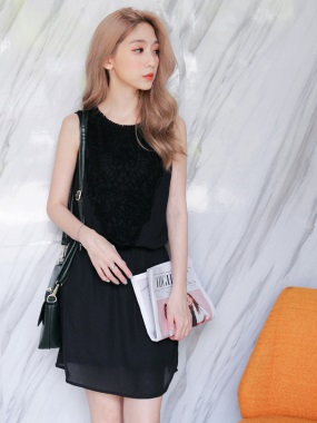 質感素色綴鏤空布蕾絲腰圍鬆緊無袖雪紡洋裝.2色