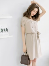 附腰帶雙貝殼排釦造型V領短袖洋裝