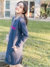 毛球抽繩連帽字母刺繡貼布內刷毛洋裝