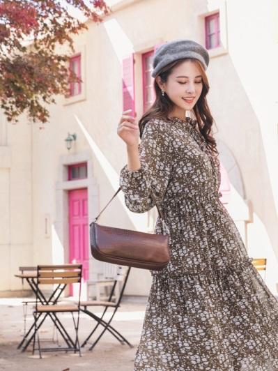 OB嚴選 滿版印花領綁帶層次感小荷葉邊長袖傘襬洋裝(2色)