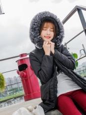 素面翻蓋口袋設計可拆式蓬鬆毛領鋪棉長版外套.2色