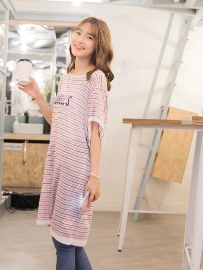 配色橫條紋字母印花寬袖造型長版寬鬆針織上衣.2色