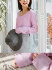 花朵刺繡细針織V領毛衣