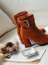 方釦麂皮粗跟短靴
