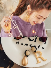 R字母不對稱造型耳環
