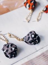 豹紋花瓣鑽飾鍊條耳環