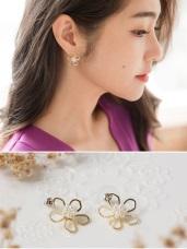 金框五花瓣珍珠點綴花蕊耳環(耳針式)